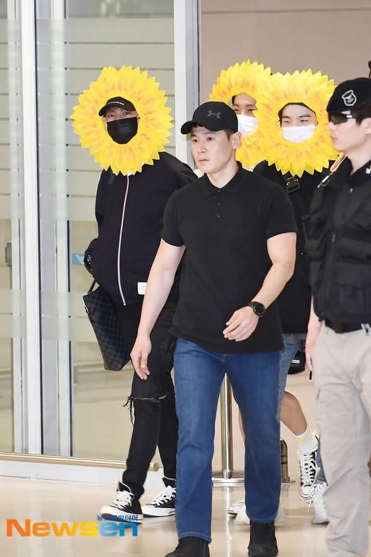 BTS gây choáng với thời trang kiểu... hoa hướng dương - Ảnh 4.