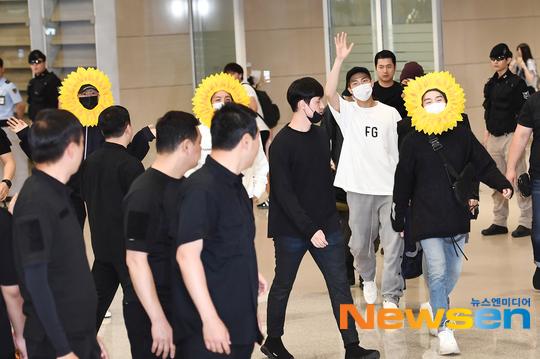 BTS gây choáng với thời trang kiểu... hoa hướng dương - Ảnh 6.