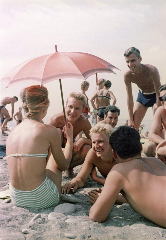 Ảnh hiếm về các hoạt động giải trí của giới trẻ Liên Xô trên bãi biển - Ảnh 2.