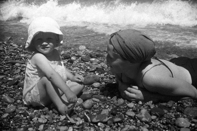 Ảnh hiếm về các hoạt động giải trí của giới trẻ Liên Xô trên bãi biển - Ảnh 16.