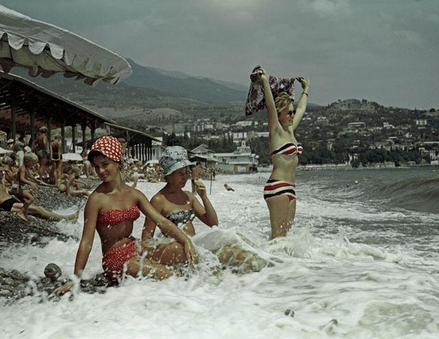 Ảnh hiếm về các hoạt động giải trí của giới trẻ Liên Xô trên bãi biển - Ảnh 4.