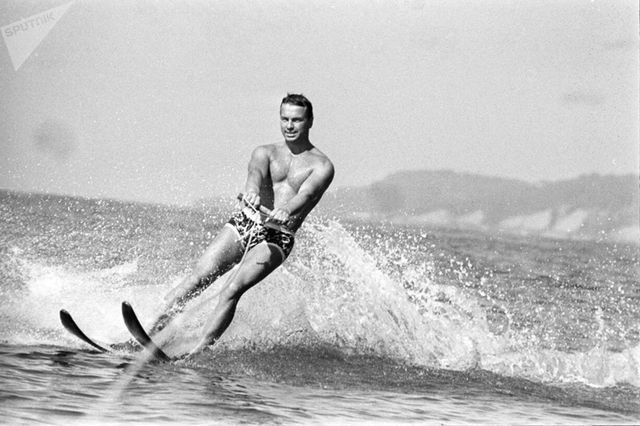 Ảnh hiếm về các hoạt động giải trí của giới trẻ Liên Xô trên bãi biển - Ảnh 10.