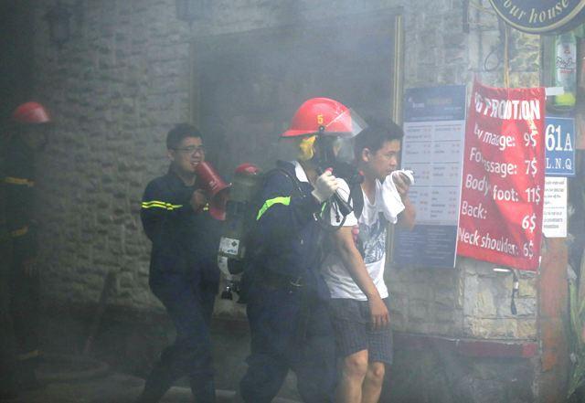 Cháy khách sạn tại quận Hoàn Kiếm, 30 người kịp thời thoát thân - Ảnh 3.