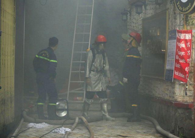 Cháy khách sạn tại quận Hoàn Kiếm, 30 người kịp thời thoát thân - Ảnh 1.