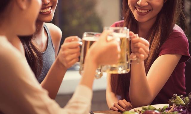 Rượu làm tăng nguy cơ ung thư vú ở phụ nữ - Ảnh 1.