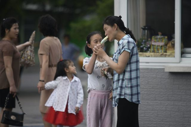 Người dân Triều Tiên giải nhiệt dưới cái nắng đổ lửa mùa hè thế nào? - Ảnh 2.