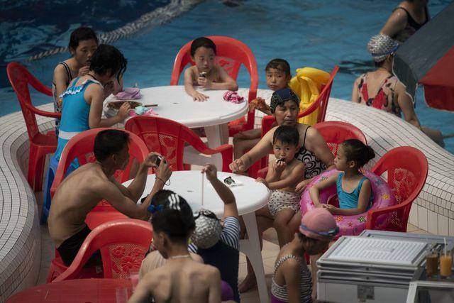 Người dân Triều Tiên giải nhiệt dưới cái nắng đổ lửa mùa hè thế nào? - Ảnh 8.