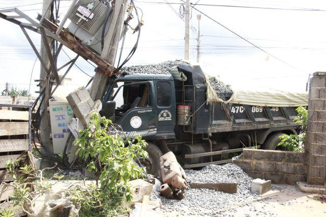 Đắk Lắk: Xe tải gây tai nạn liên hoàn khiến 2 người thương vong, 600 hộ dân mất điện - Ảnh 1.