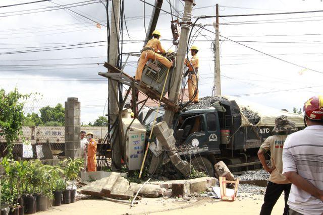Đắk Lắk: Xe tải gây tai nạn liên hoàn khiến 2 người thương vong, 600 hộ dân mất điện - Ảnh 3.
