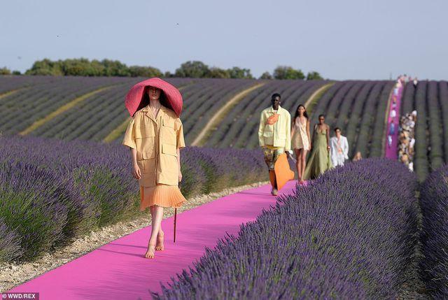 Xao xuyến trước sàn catwalk nằm giữa cánh đồng hoa oải hương - Ảnh 5.