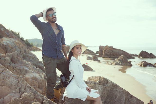 Hoa hậu Tiểu Vy bị bắt gặp dạo biển cùng trai Tây - Ảnh 2.