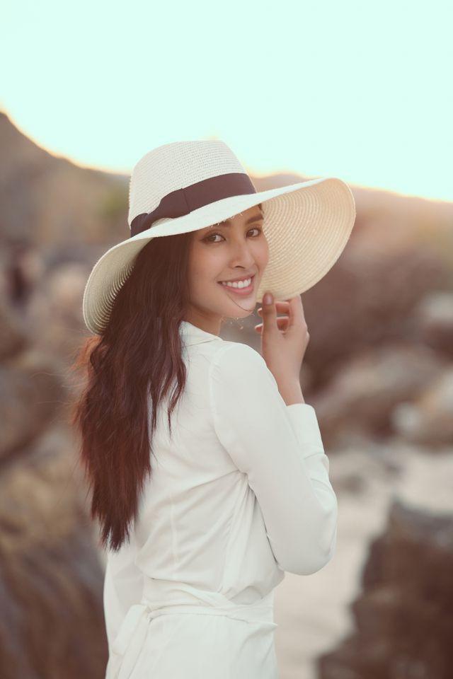Hoa hậu Tiểu Vy bị bắt gặp dạo biển cùng trai Tây - Ảnh 4.