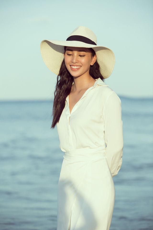 Hoa hậu Tiểu Vy bị bắt gặp dạo biển cùng trai Tây - Ảnh 5.