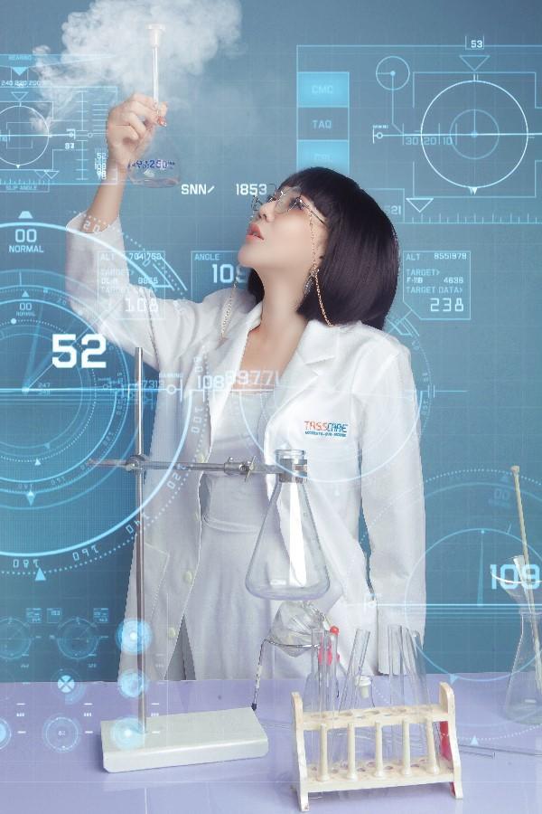 Hoa hậu Lê Đỗ Minh Thảo đẹp - độc - lạ trong bộ ảnh về ngành xét nghiệm - Ảnh 4.