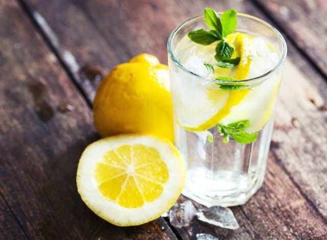 Những vấn đề sức khỏe chỉ cần giải quyết bằng một ly nước chanh - Ảnh 1.