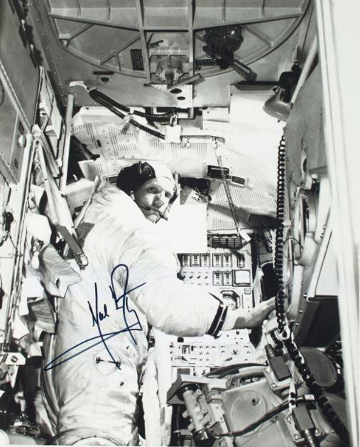 Chứa bút tích đầu tiên trên Mặt Trăng, cuốn sách trị giá hơn 200 tỷ đồng - Ảnh 4.