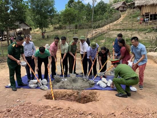 Nghệ sĩ Xuân Bắc và Tự Long tham gia lễ khởi công xây dựng điểm trường Pa Choong - Ảnh 1.