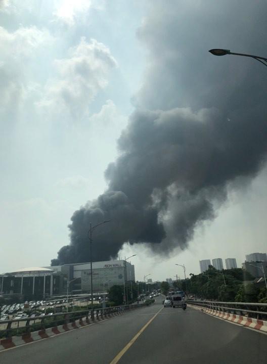 Cháy lớn ngùn ngụt gần Aeon Mall Long Biên, Hà Nội - Ảnh 12.