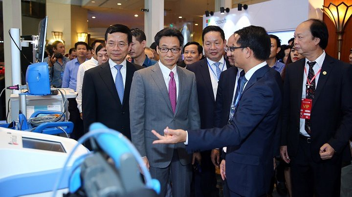 Deputy PM Vu Duc Dam visits an exhibition at the Vietnam ICT Summit. (Photo: VGP)