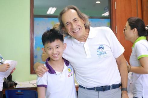 Doctor Roberto De Castro and his patient (Photo: Thien Nhan & Friends)