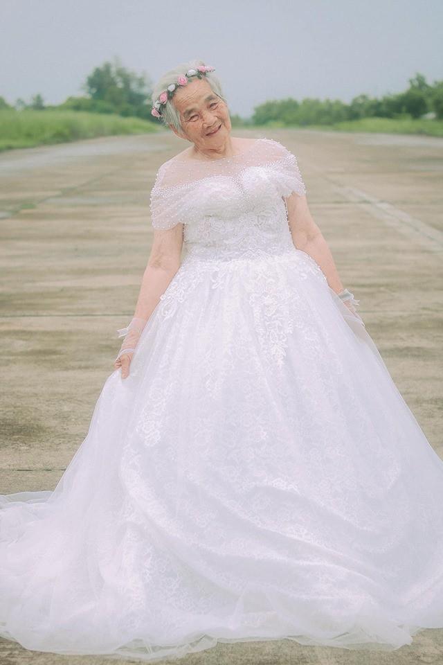 Xúc động với chàng trai 10X hóa chú rể giúp bà nội 88 tuổi làm cô dâu - Ảnh 4.