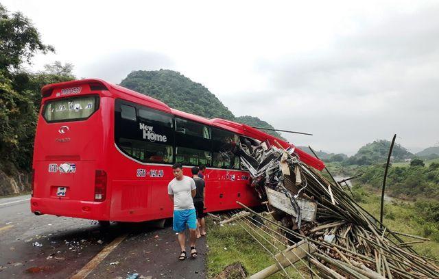 Tích cực cứu chữa nạn nhân vụ tai nạn giao thông nghiêm trọng ở Hòa Bình - Ảnh 1.