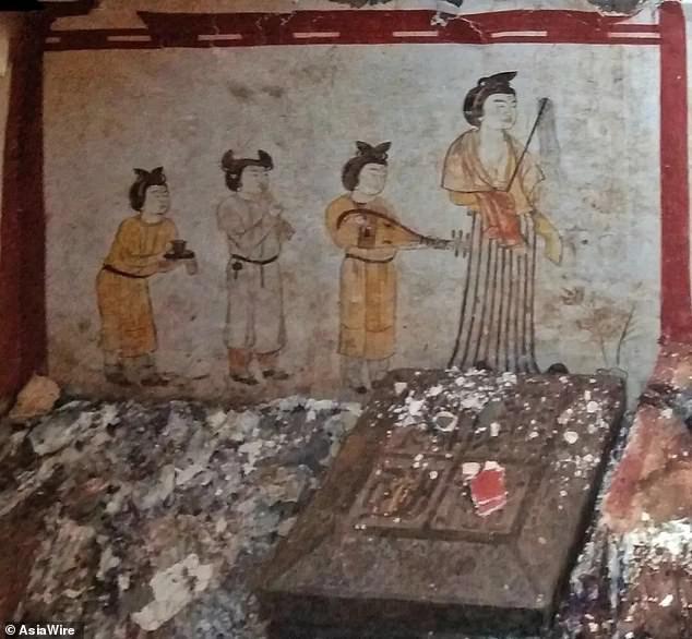 Phát hiện ngôi mộ hoàng gia 1.300 tuổi bị chôn vùi dưới sân trường tiểu học - Ảnh 1.