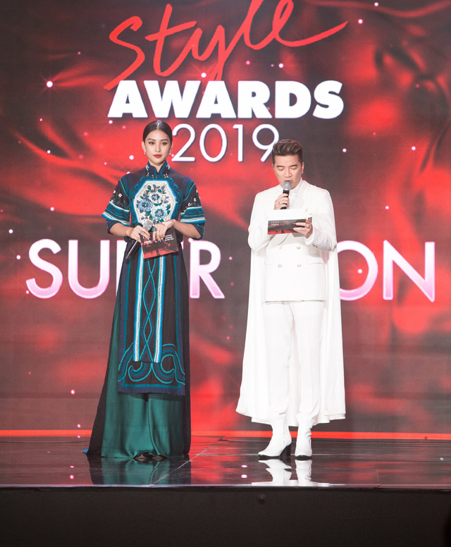 Tiểu Vy diện trang phục lạ mắt cùng Mr Đàm trao giải cho Mỹ Tâm - Ảnh 1.