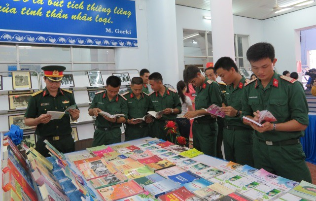 Officers and soldiers visit the exhibition. (Photo: VNA)