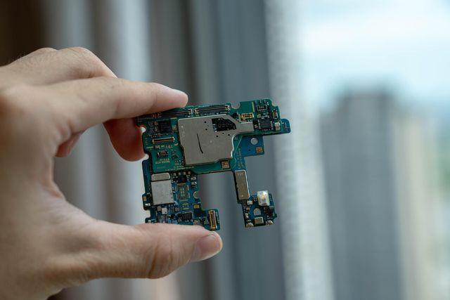 Galaxy Note10+ chơi khó người dùng vì nguy cơ vỡ kính khi tháo mở - Ảnh 3.