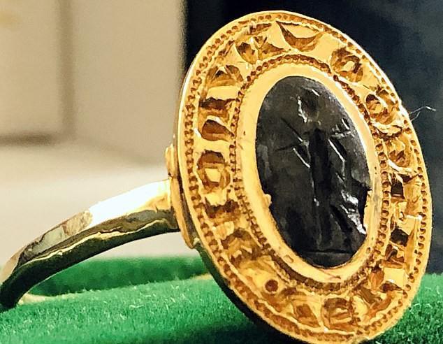 Tìm thấy chiếc nhẫn vàng cổ trị giá hơn 280 triệu đồng vì đãng trí - Ảnh 2.