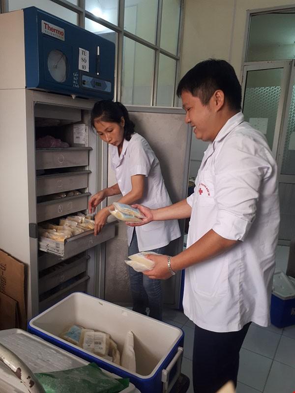 Chuyển hơn 200 đơn vị máu cấp cứu nạn nhân tai nạn giao thông tại Hưng Yên - Ảnh 1.