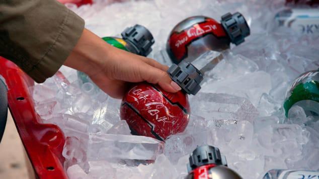 Có hình dạng giống bom, nước giải khát Coca Cola bị cấm mang lên máy bay - Ảnh 1.