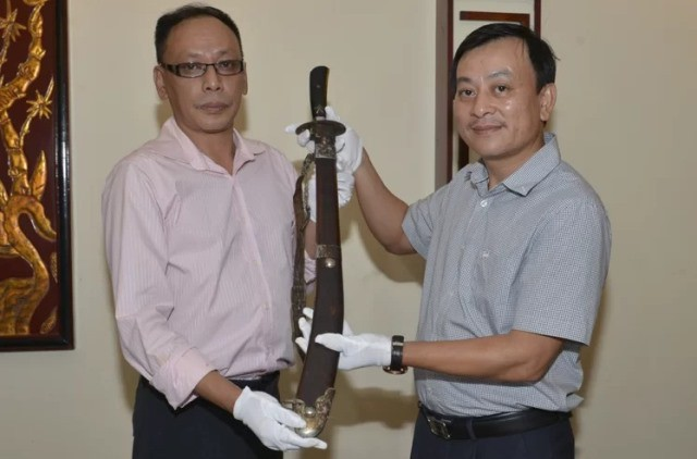 Vuong Quynh Xuan (L) presents the steel alloy sword to the Ho Chi Minh Museum. (Photo: Ho Chi Minh Museum)