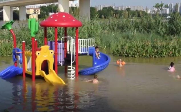 Lũ lụt, người dân Trung Quốc quăng lưới bắt cá giữa lòng thành phố - Ảnh 1.