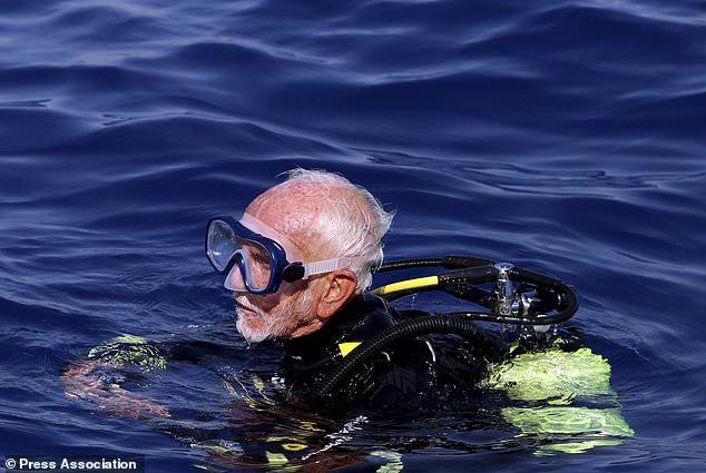 Cụ ông 96 tuổi lập kỷ lục lặn thế giới - Ảnh 1.