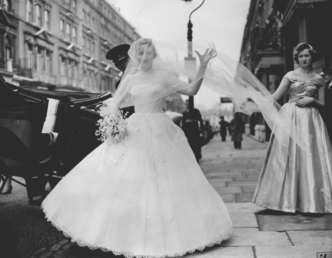 Xu hướng váy cưới và sự thay đổi của thời trang trong 100 năm qua - Ảnh 7.