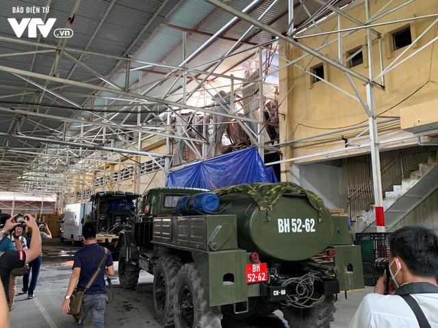 Bộ đội Hoá học đang tẩy độc nhà kho Rạng Đông sau vụ cháy - Ảnh 5.