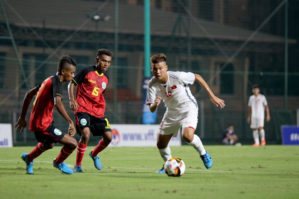 Vietnam U16s (in white) produce an overwhelming game against Timor Leste. (Photo: VFF)