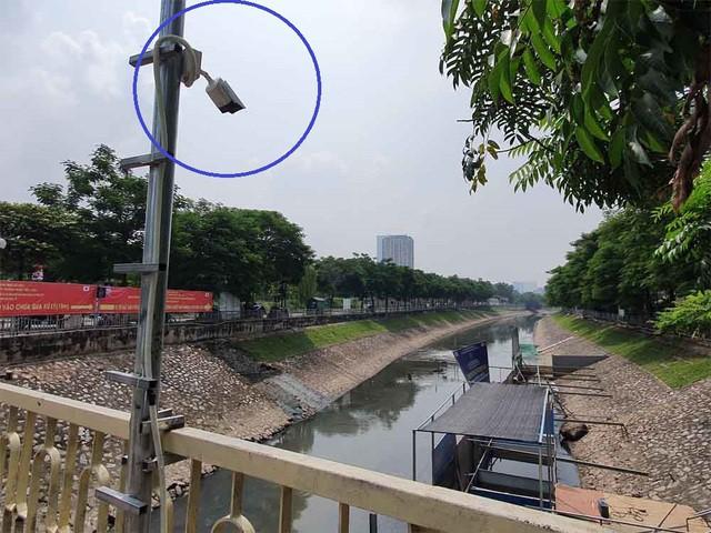 Lắp camera, bố trí người bảo vệ đàn cá koi Nhật Bản ở sông Tô Lịch - Ảnh 2.
