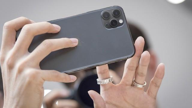 Bất chấp lời chê bai, iPhone 11 vẫn bán chạy hơn các phiên bản cũ - Ảnh 1.