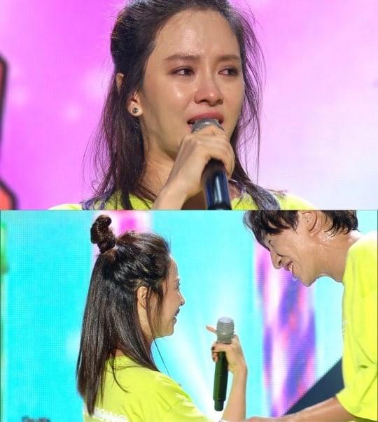 Đang khóc như mưa trong fan meeting, Song Ji Hyo đã ngay lập tức mỉm cười vì câu nói này của Lee Kwang Soo - Ảnh 1.