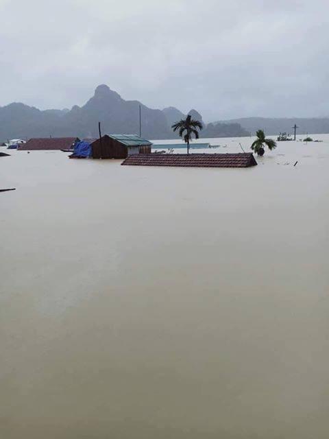 Hình ảnh ngập lụt kinh hoàng ở rốn lũ miền Trung - Ảnh 1.