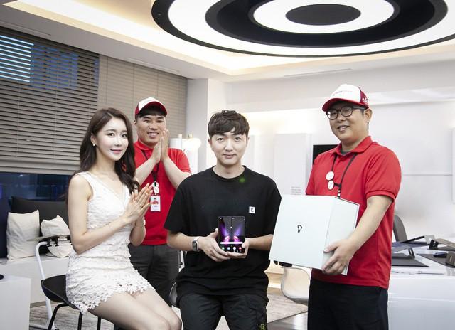 Galaxy Fold cháy hàng tại Hàn Quốc sau vài giờ mở bán - Ảnh 1.