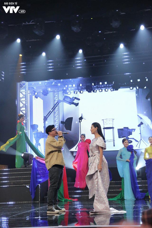 Hà Lê - Bùi Lan Hương say đắm trên sân khấu VTV Awards với Mưa hồng - Ảnh 4.