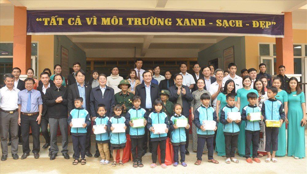 Politburo member Pham Minh Chinh presents Tet gifts to schoolchildren in Quang Nam province (Photo: baoquangnam.vn)