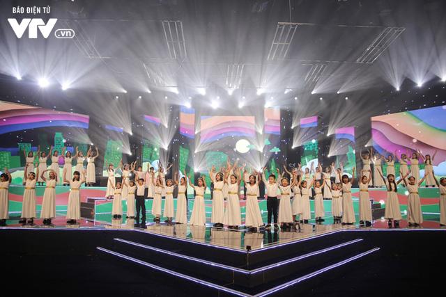 Phương Vy hòa giọng cùng dàn thiên thần nhí trong Đón Tết cùng VTV 2020 - Ảnh 1.