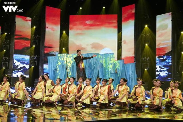 Song Luân bị fan nhí vây kín tại Đón Tết cùng VTV - Ảnh 11.