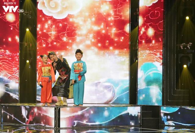 Song Luân bị fan nhí vây kín tại Đón Tết cùng VTV - Ảnh 2.