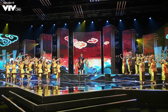 Song Luân bị fan nhí vây kín tại Đón Tết cùng VTV - Ảnh 8.